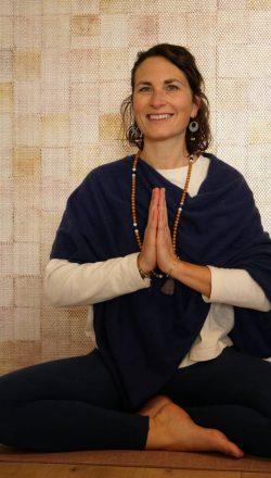 hopi-annecy-anne-cecile-elias-yoga-bien-etre-enfants-ado-portrait-yoga-assise-tailleur-anjali-mudra